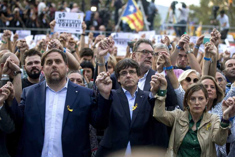 El presidente de la Generalitat, el vicepresidente y la presidenta del Parlament, durante la manifestación en Barcelona.