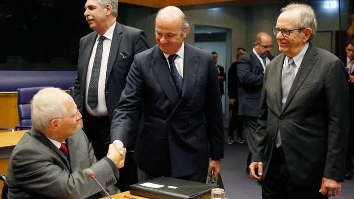 El ministro De Guindos despide a su colega alemán, Wolfgang Schäuble, en su último Eurogrupo