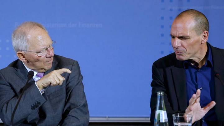 El ministro de Finanzas alemán, Wolfgang Schäuble, junto a su colega griego, Yanis Varoufakis, en una rueda de prensa conjunta en Berlín