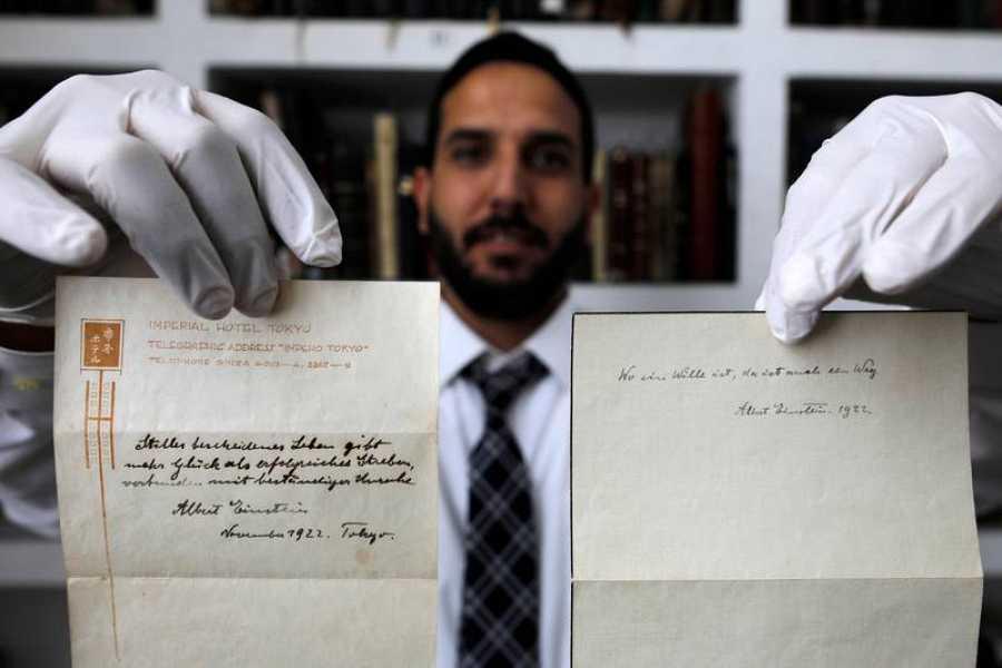 El dueño de la casa de subastas muestra las dos notas manuscritas que Einstein dio como propina a un mensajero en Tokio
