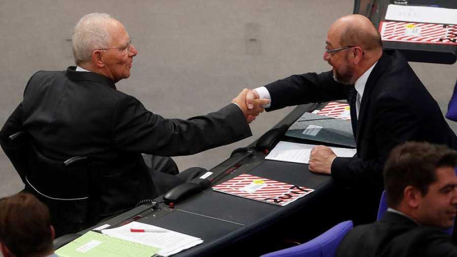 El líder socialdemócrata, Martin Schulz (d), saluda al recién elegido presidente del Parlamento alemán, Wolfgang Schäuble