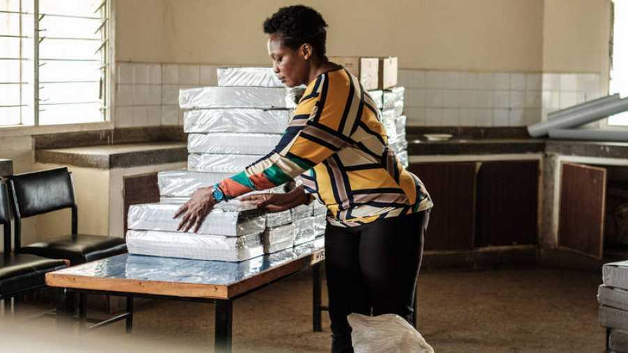 Una oficial coloca las papeletas en un colegio de Kisumu, al oeste de Kenia