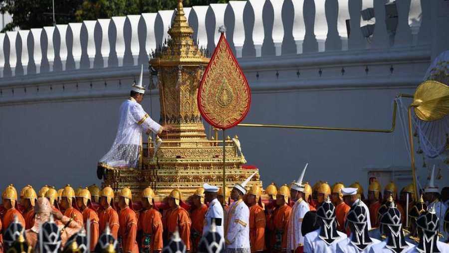 La urna con los restos del rey Bhumibol, a su paso por las calles de Bangkok