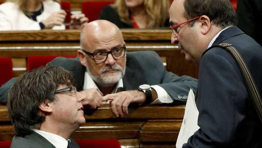 Iceta saluda a Puigdemont a su llegada al pleno del Parlament.