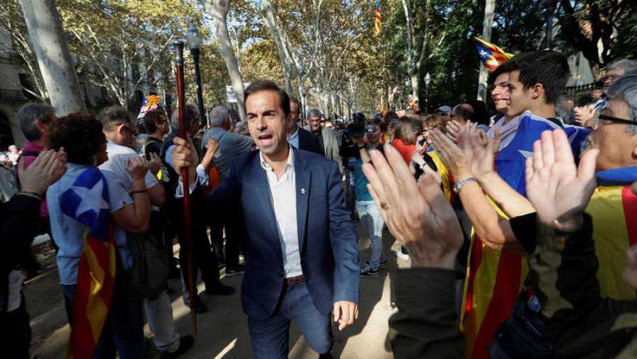 Cientos de manifestantes hacen un pasillo a los 200 alcaldes soberanistas que entran en el Parlament