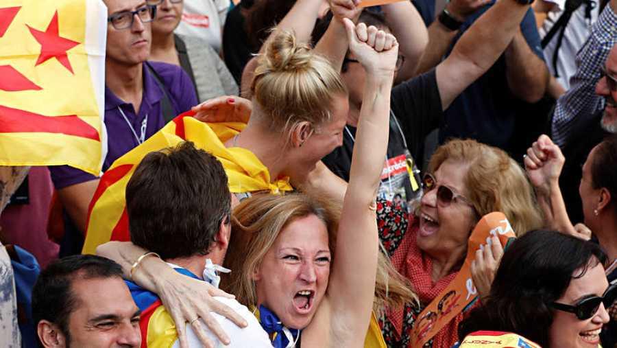 La gente congregada ante el Parlament de Catalunya celebra la votación para la independencia