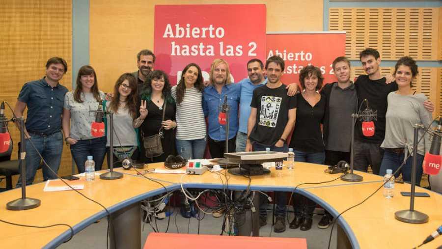 Foto final de Neuman con algunos de sus seguidores y todo el equipo del programa