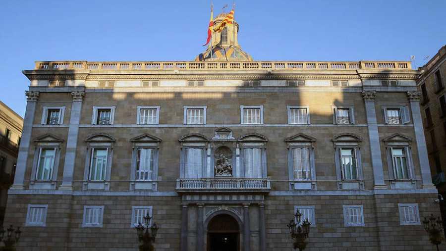 Numerosos medios de comunicación se concentran ante el Palau de la Generalitat, en el primer día laborable tras la puesta en marcha del artículo 155 de la Constitución para hacer frente al desafío secesionista en Cataluña