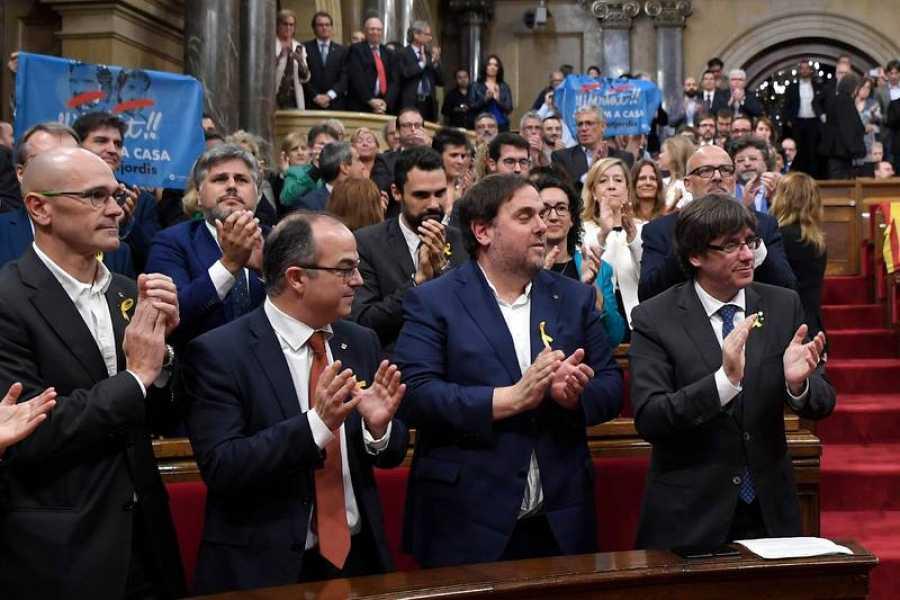 Los miembros del Govern aplauden tras la votación para declarar la independencia de Cataluña