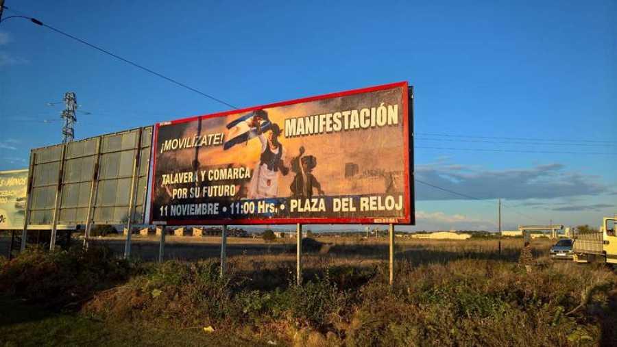 Una valla publicitaria muestra un cartel con la manifestación del sábado en Talavera