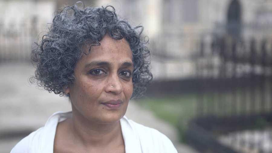 Nos comentó la autora Arundhati Roy que ha tardado diez años en escribir esta historia que protagonizan dos mujeres en la India actual