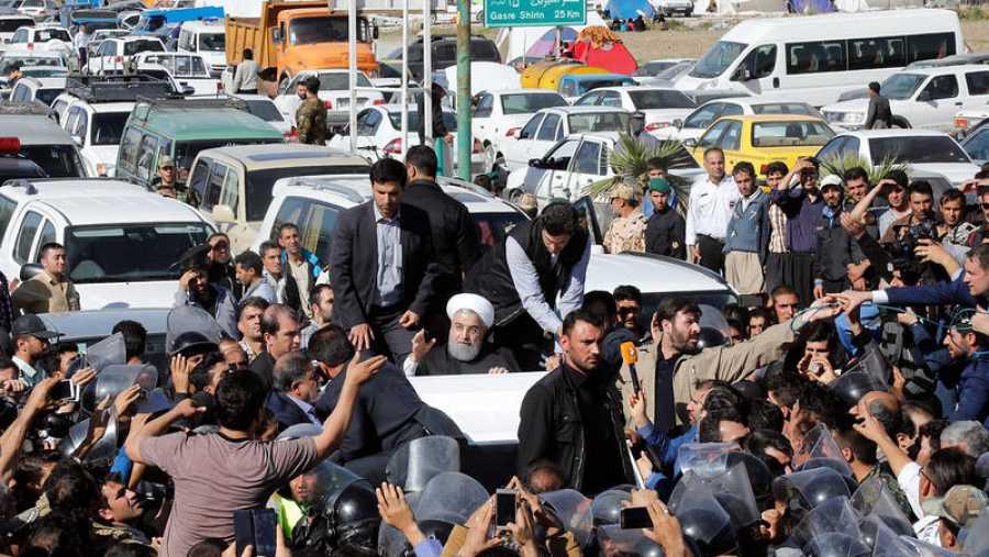 El presidente iraní, Hasán Rouhaní, saluda desde su vehículo durante su visita a la zona afectada por el terremoto