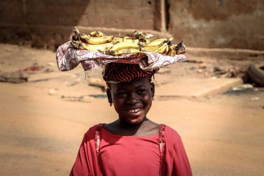 Una niña de 10 años vende plátanos en la ciudad de Bamako
