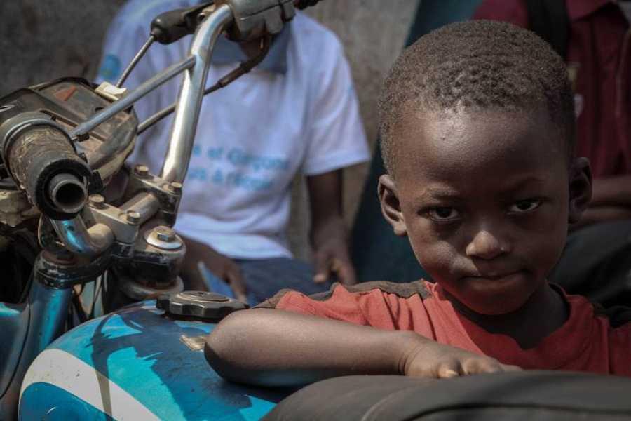 Gaouso Traoré, de seis años, aprende el oficio de mecánico en sus vacaciones y tiempo libre