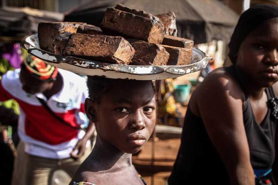 Un niño trabaja en la venta ambulante en el mercado de Koutiala