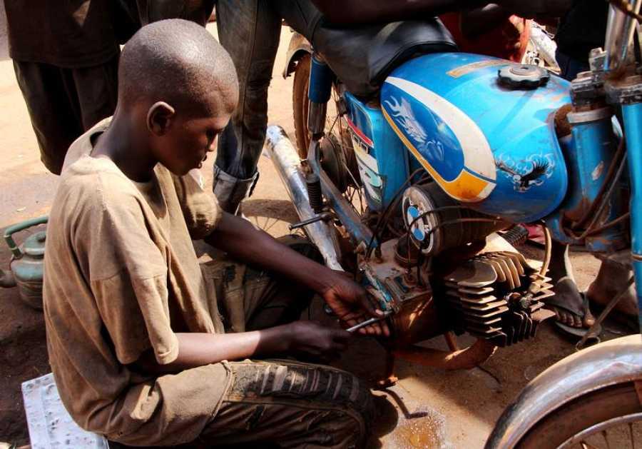 Abdu es uno del millón de niños malienses que no va a la escuela para ir al trabajo