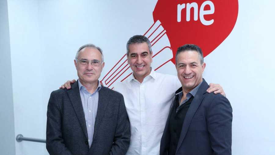 Andres Molina (izquierda) y Antonio Toledo (derecha), con Arturo Martín