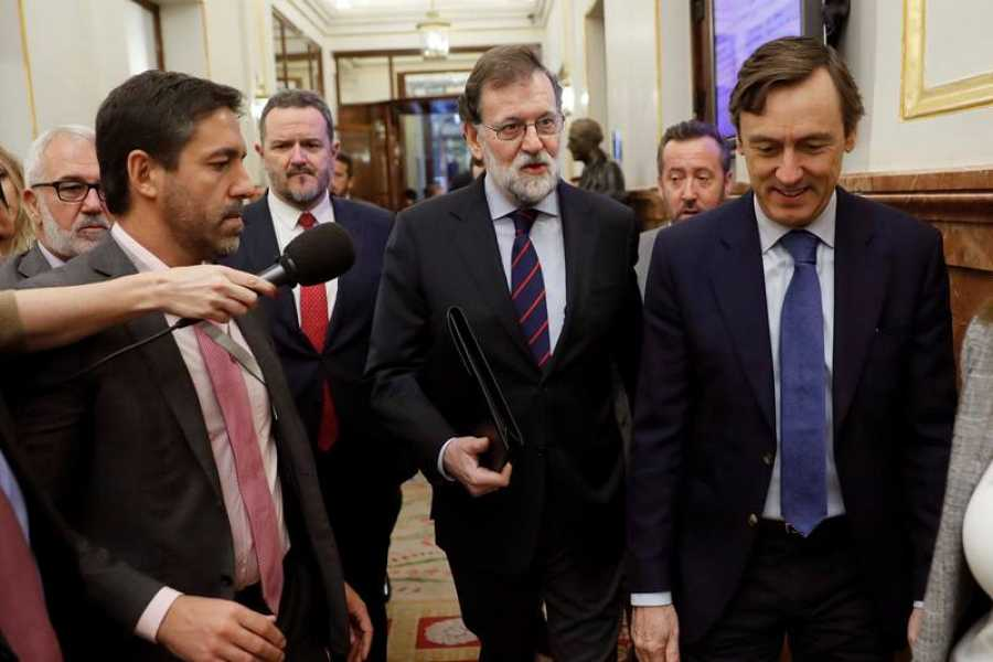 El presidente del Gobierno, Mariano Rajoy, con el portavoz parlamentario del PP, Rafael Hernando