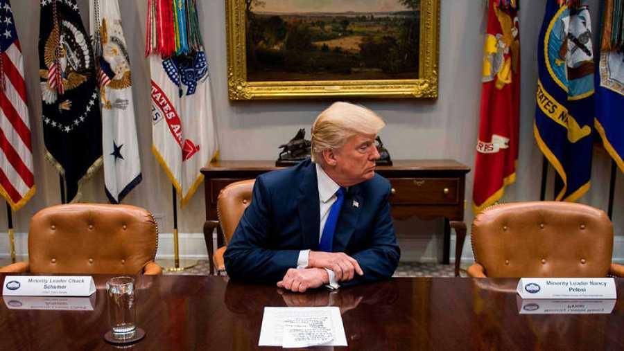 Donald Trump sentado a la mesa entre las sillas vacías de Chuck Schumer, líder de la minoría demócrata en el Senado, y Nancy Pelosi, líder demócrata en la Cámara de Representantes