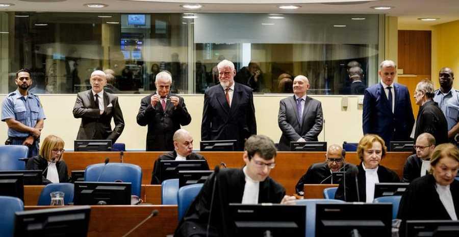 Los seis líderes croatas condenados por crímenes de guerra en Bosnia; Slobodan Praljak está en el centro, con barba blanca