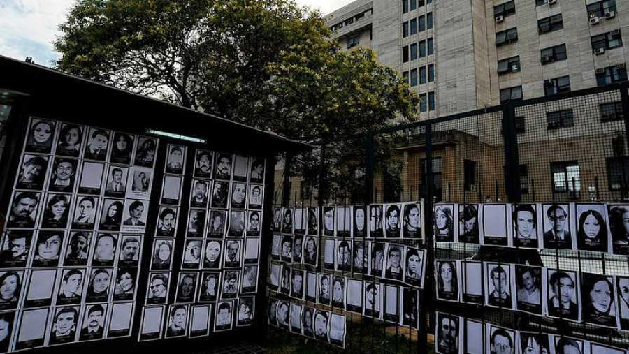 Fotografías de los desaparecidos durante la dictadura militar argentina delante del Tribunal Federal en Buenos Aires