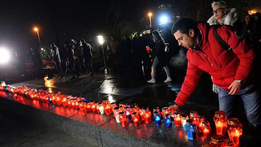 Residentes croatas de Mostar encienden velas por el general Slobodan Praljak