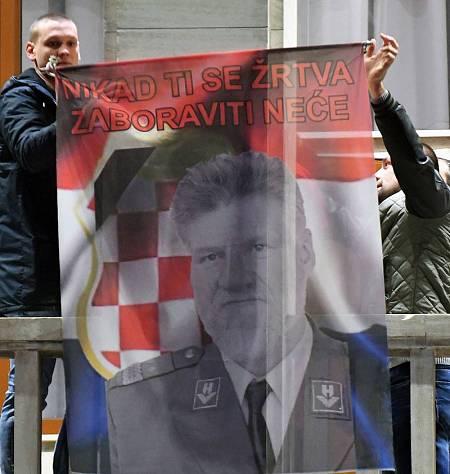 Bosnio-croatas de Mostar despliegan una bandera con la imagen del general Slobodan Praljak
