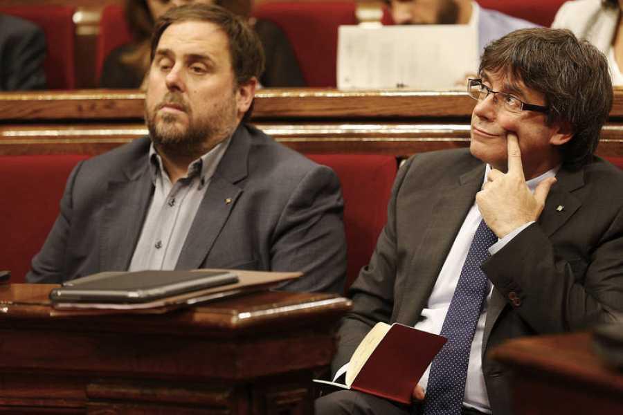 Puigdemont y Junqueras en el Parlament de Cataluña (EFE).