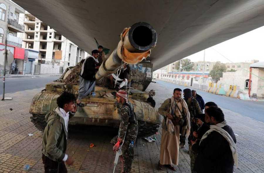 Un grupo de rebeldes hutíes custodian una calle de Saná, en las inmediaciones de la casa del expresidente Saleh