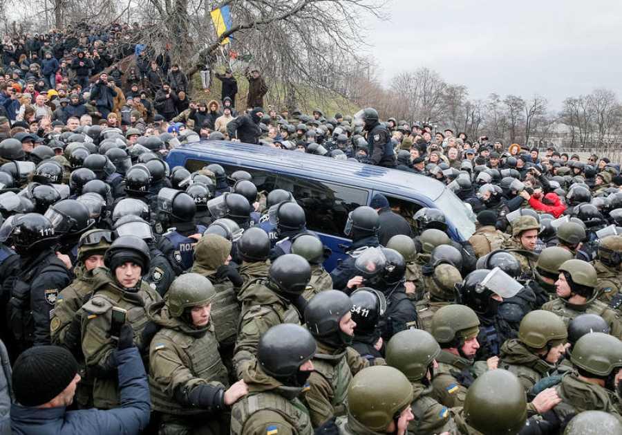 Los seguidores de Saakashvili bloquean el furgón policial en el que los agentes de las fuerzas de seguridad trataban de llevarselo detenido