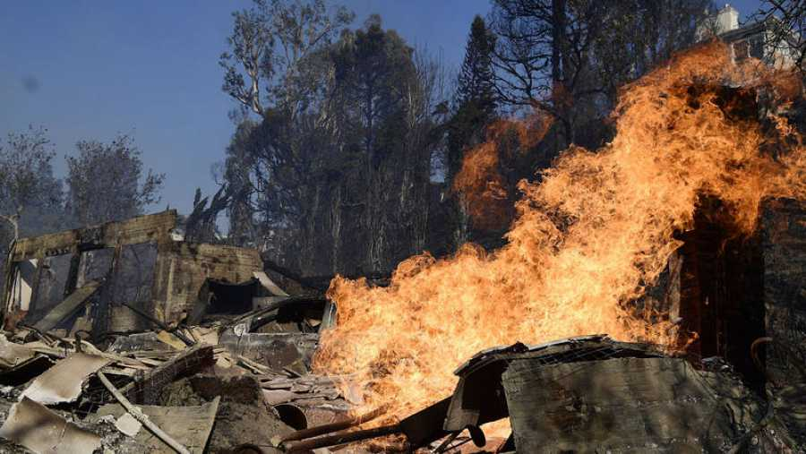 Una mansión de Bel Air, consumida por las llamas