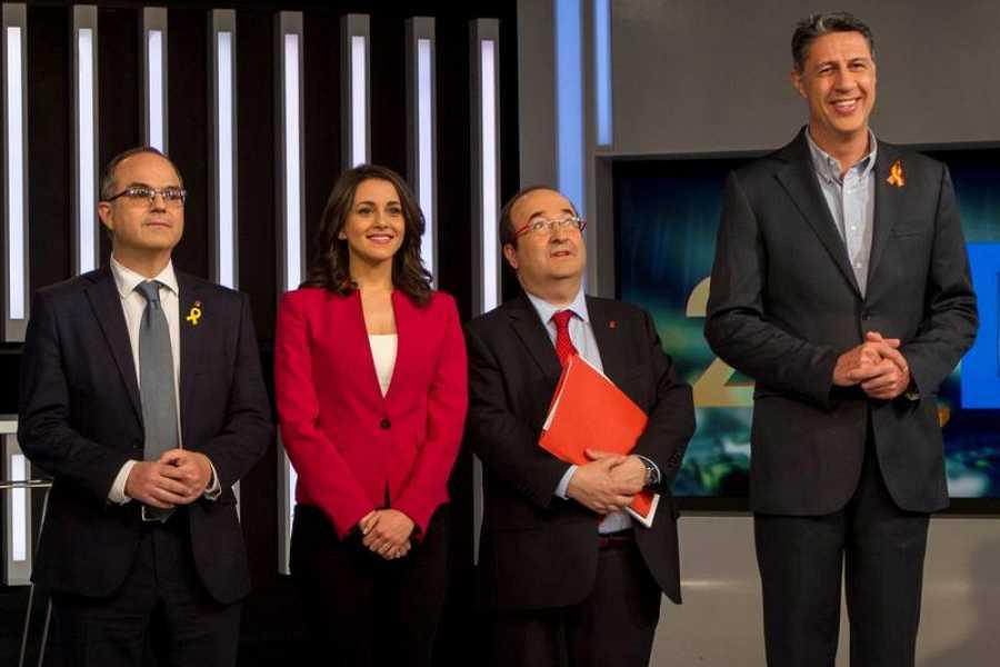 La altura de Xavier García Albiol destacaba en la foto del debate de candidatos.