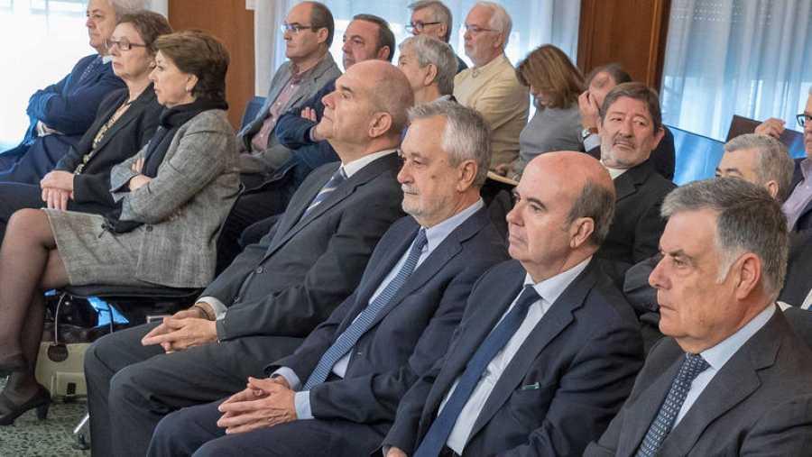 Los expresidentes de la Junta Manuel Chaves (4d) y José Antonio Griñán (3d)