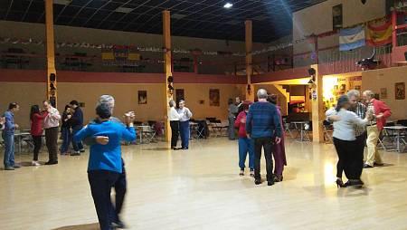 'Memoria de delfín' disfruta de una clase de tango en El Conventiyo