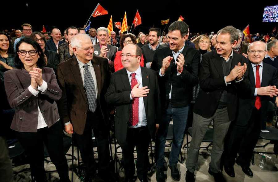 Miquel Iceta es aplaudido por Josep Borrell, Pedro Sánchez, José Luis Rodríguez Zapatero y José Montilla.