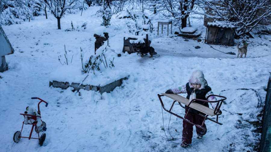 Tanya de 6 años juega en la ciudad de Avdiivka muy cerca de la zona con minas antipersonas