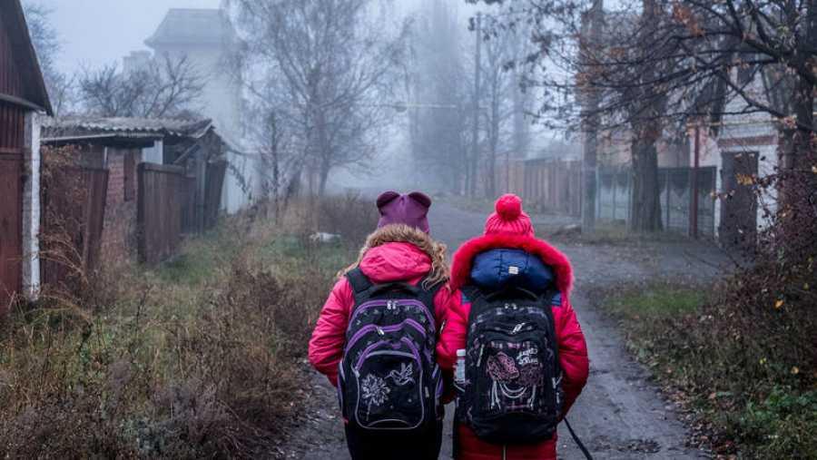 Dos hermanas atraviesan para ir al colegio un camino cercano a la zona de explosivos