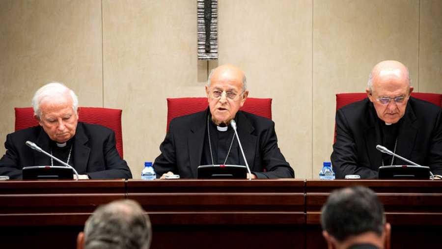 El cardenal, arzobispo de Valladolid y presidente de la Conferencia Episcopal Española (CEE), Ricardo Blázquez (c), junto al cardenal arzobispo de Valencia y vicepresidente de la CEE, Antonio Cañizares (i), y el cardenal arzobispo de Madrid