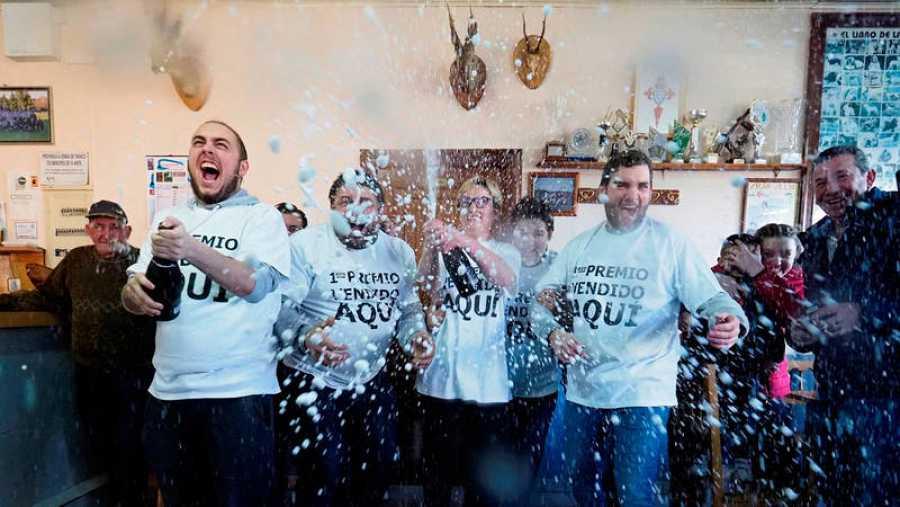 Clientes del Bar Cascudo, en la parroquia vilalbesa de San Juan, ha vendido 50 series