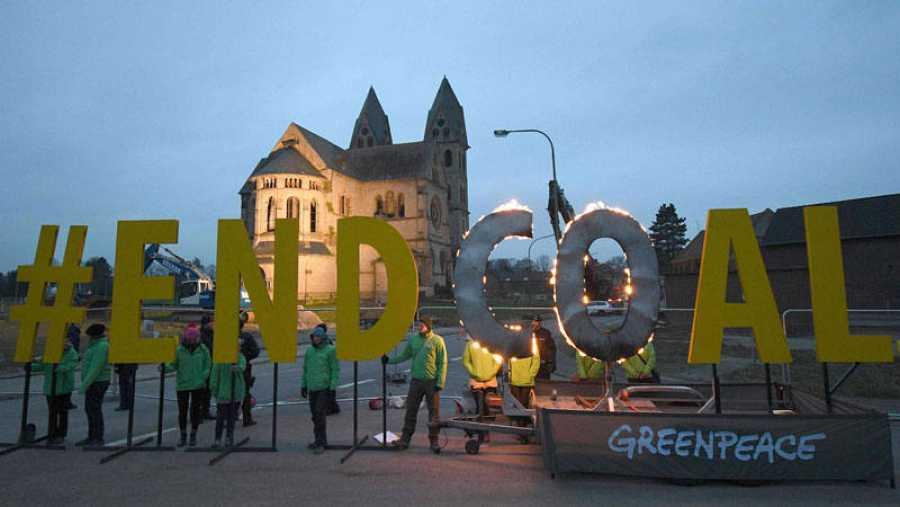Protesta de los ecologistas ante la iglesia de San Lamberto de Immerath poco antes de su derribo para permitir la ampliación de una mina