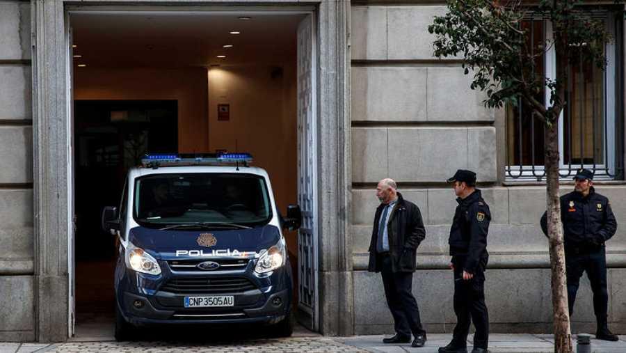 El furgón policial que traslada al exconseller Joaquim Forn y a los líderes de ANC y Omnium Cultural, Jordi Sànchez y Jordi Cuixart, llega al Tribunal Supremo