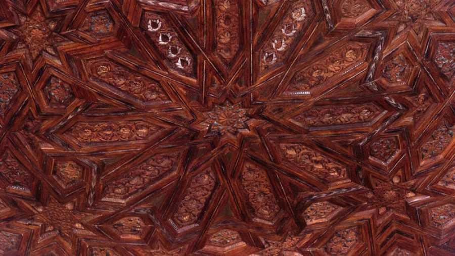 Detalle de la techumbre de madera del templete oriental del Patio de los Leones