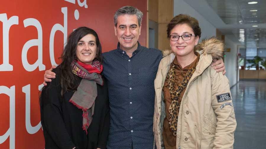Arturo Martín, con Raquel del Castillo (AECC) y Claudia V. Salas (ex paciente)