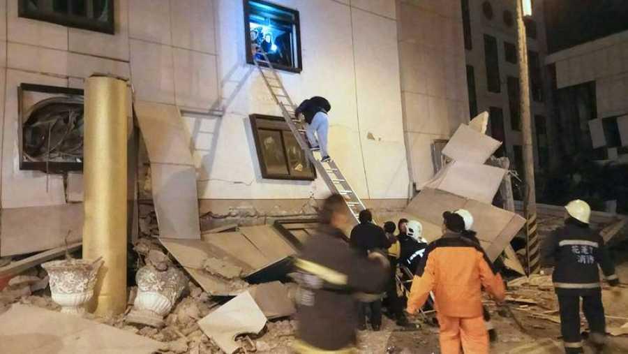 Los equipos de rescate atienden a los atrapados en el hotel Marshal de Taiwán