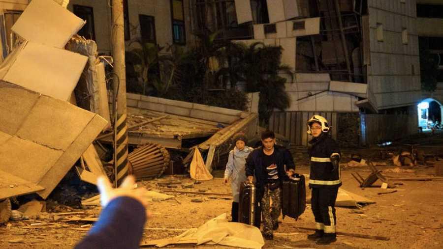 Un bombero recata a dos huéspedes del hotel Marshal