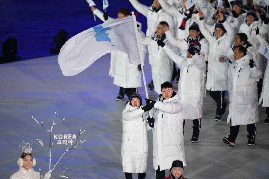 Los atletas coreanos desfilan bajo la bandera unificada en el Estadio Olímpico de Pyeongchang