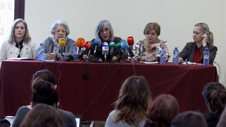 Representantes de asociaciones de mujeres que han denunciado el maltrato judicial