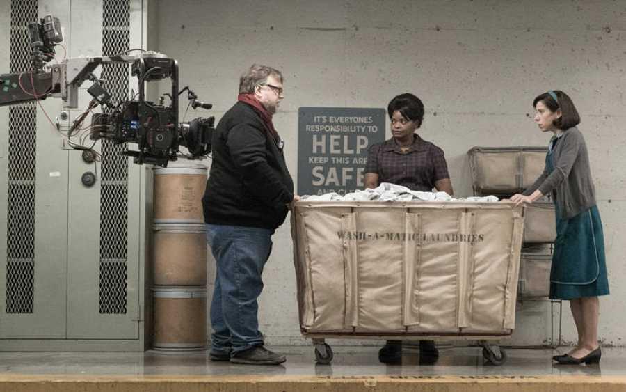 Guillermo del Toro dando instrucciones a Sally Hawkins y Olivia Spencer
