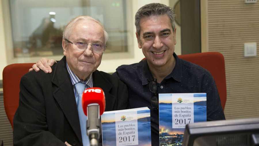 Pancracio Celdrán posa con su libro junto a Arturo Martín