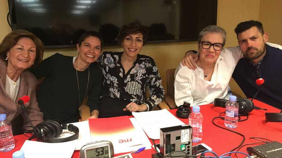 Mamen Asencio con María, Silvia, Julia y Aitor